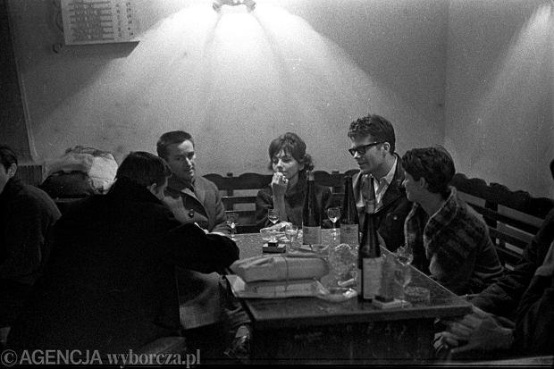 Zbigniew Cybulski i Kazimierz Kutz w winiarni 'u Hopfera' przy Krakowskim Przedmieściu w Warszawie, 1962 rok