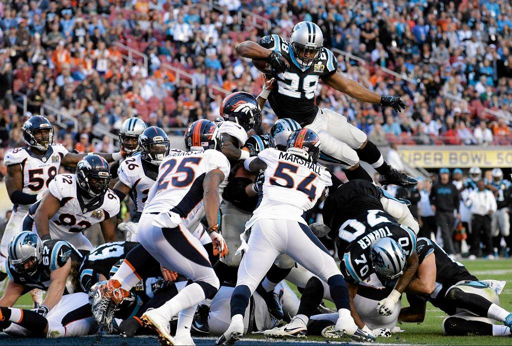 Przyłożenie Jonathana Stewarta w meczu o Super Bowl. Denver Broncos pokonali Carolina Panthers 24:10.