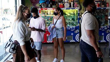 Klienci w maseczkach w sklepie w Kalifornii