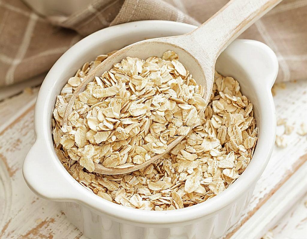 Do płatków owsianych pasuje mleko, jogurt, kefir, mleko sojowe, ryżowe, kokosowe, migdałowe, a nawet sok. Po dodaniu owoców powstanie superzdrowe śniadanie