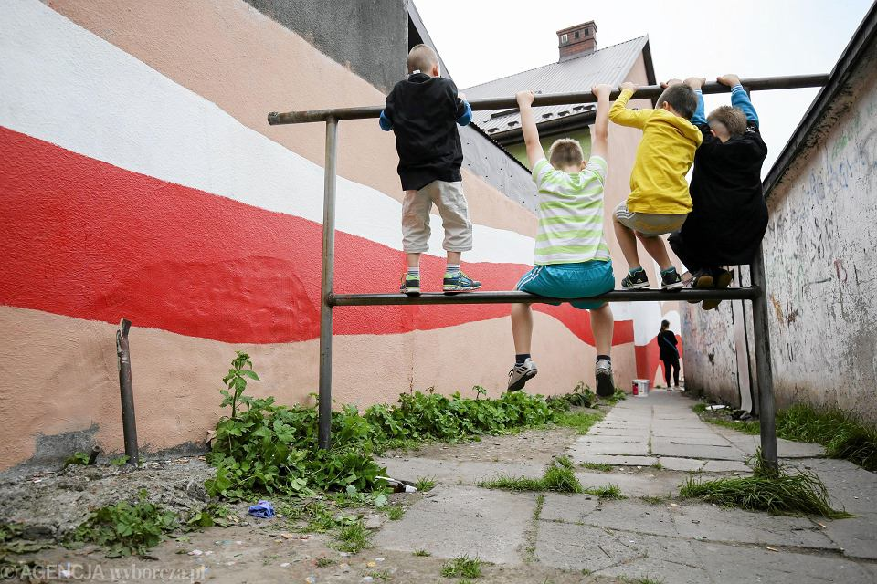 Zamalowywanie napisów podczas akcji 'Pogromcy Bazgrołów' na pikniku sąsiedzkim, Kraków, ul. Wybickiego, 2017 r.
