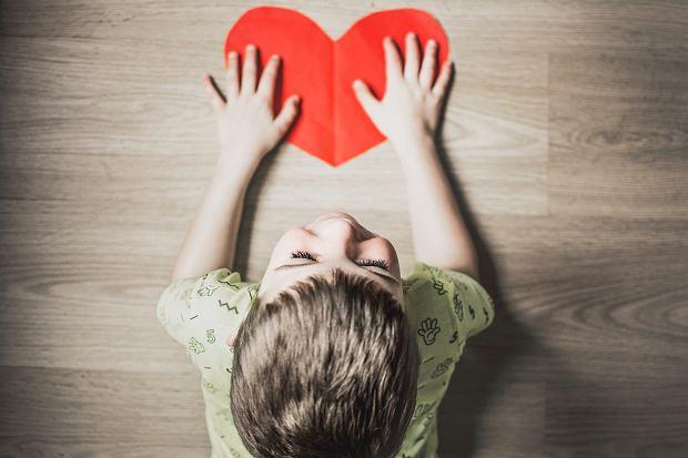 Umiejętność radzenia sobie z emocjami określa się w psychologii jako samoregulację. Wiek przedszkolny to czas, w którym dzieci się uczą, co to są emocje.