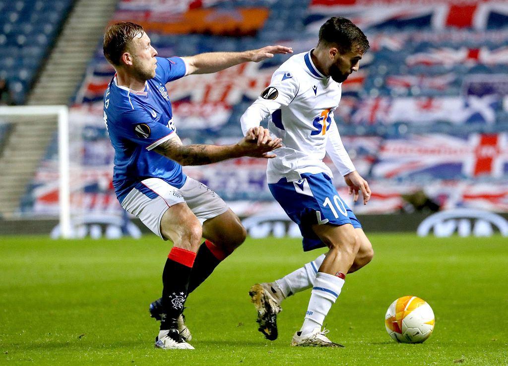 Dani Ramirez w starciu ze Scottem Arfieldem z Glasgow Rangers