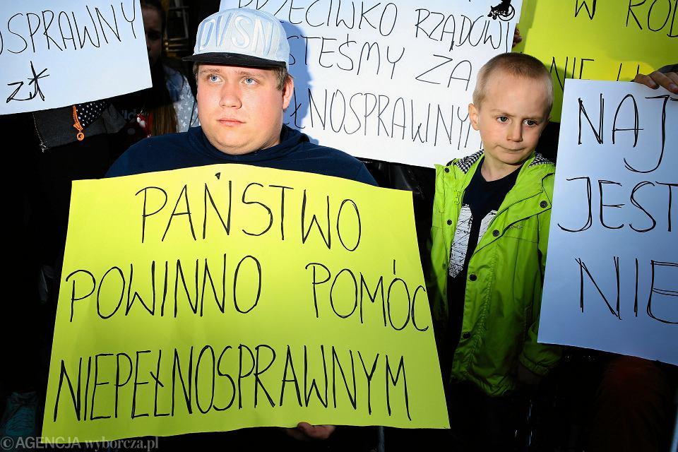 Manifestacja osób popierających protest rodziców osób niepełnosprawnych w Sejmie, kwiecień 2018