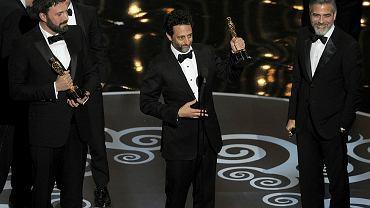Producent i reżyser 'Operacji Argo' Ben Affleck (z lewej) oraz producenci filmu Grant Heslov i George Clooney, odbierają nagrodę dla najlepszego filmu.