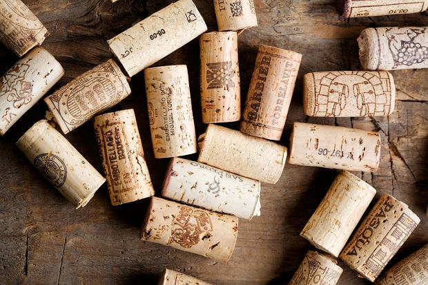 Jak otworzyć wino bez korkociągu? Prezentujemy wam 6 sposobów na otwarcie wina bez użycia korkociągu