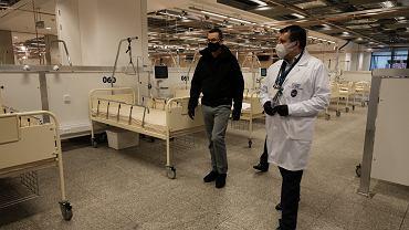 29 października 2020 r.  Premier Mateusz Morawiecki (l) oraz dr Artur Zaczyński (p) zwiedzają urządzony na Stadionie Narodowym szpital tymczasowy dla chorych na Covid-19 .