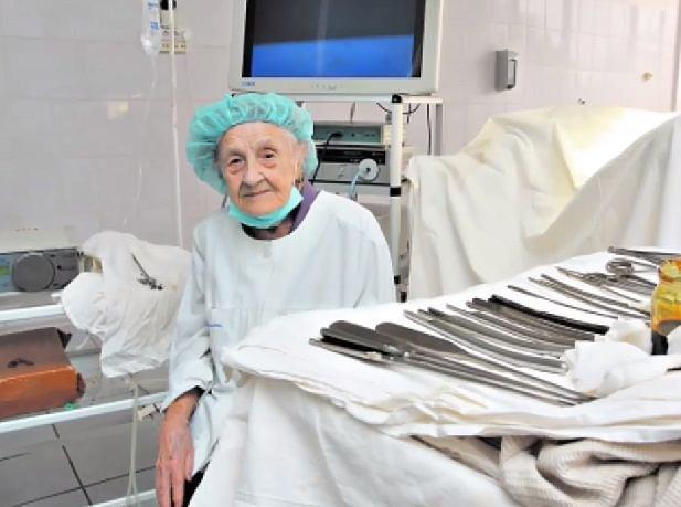 89-latka wciąż bardzo pewnie posługuje się skalpelem