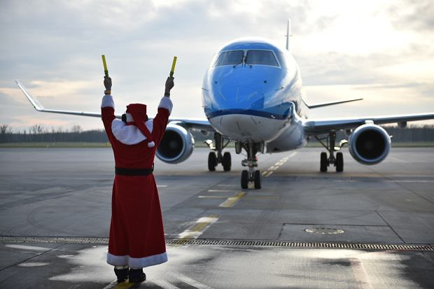 Zdjęcie numer 4 w galerii - Niecodzienny widok na wrocławskim lotnisku. Pasażerów witali i żegnali mikołaje-marszałkowie [ZDJĘCIA]