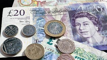 Kursy walut 15.10. Złoty w górę, traci nieznacznie tylko wobec dolara [kurs dolara, funta, euro, franka]