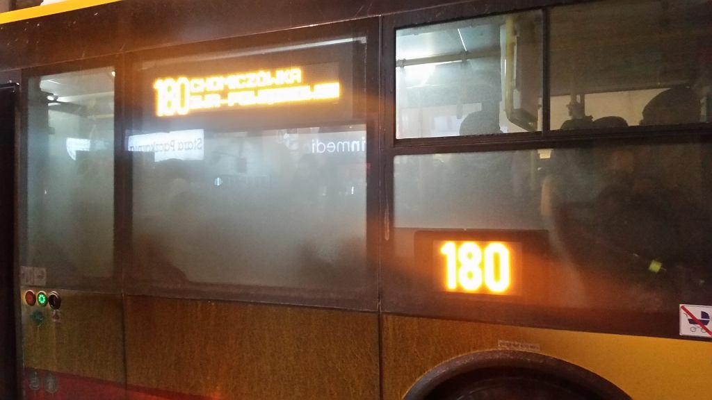 Brudne autobusy czekają na mycie