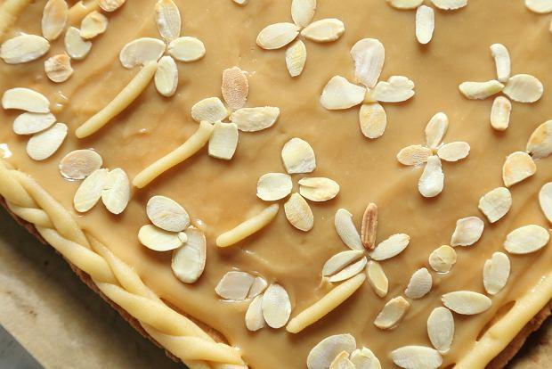 Kajmakowy mazurek wielkanocny - jak zrobić pyszne i efektowne ciasto