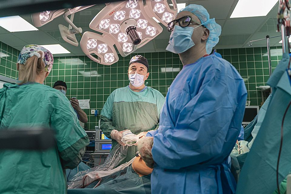 Sala hybrydowa Szpitala Uniwersyteckiego w Zielonej Górze. Prof. Dawid Murawa operuje kolejną w tym dniu trzustkę, wycina guz. 3 grudnia 2020