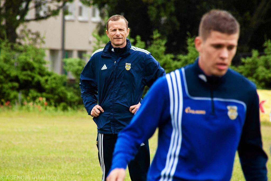 Trener Grzegorz Witt podczas pierwszego treningu Arki Gdynia