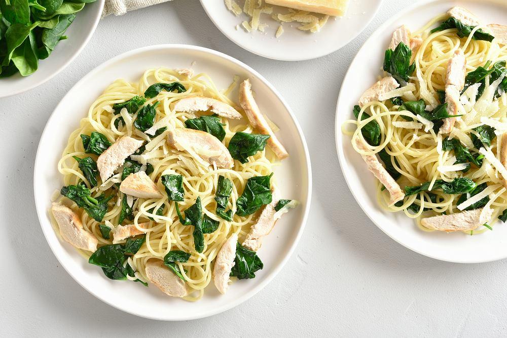 Makaron z kurczakiem i szpinakiem to doskonały sposób na prosty posiłek
