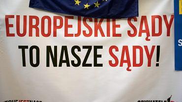 Pikieta 'Europo, Broń Sądu Najwyższego' podczas kongresu Europejskiej Partii Ludowej w Warszawie, 4 czerwca 2018.