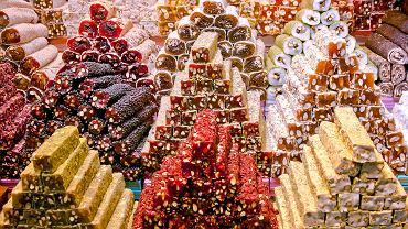 Tureckie przysmaki na targu w Stambule
