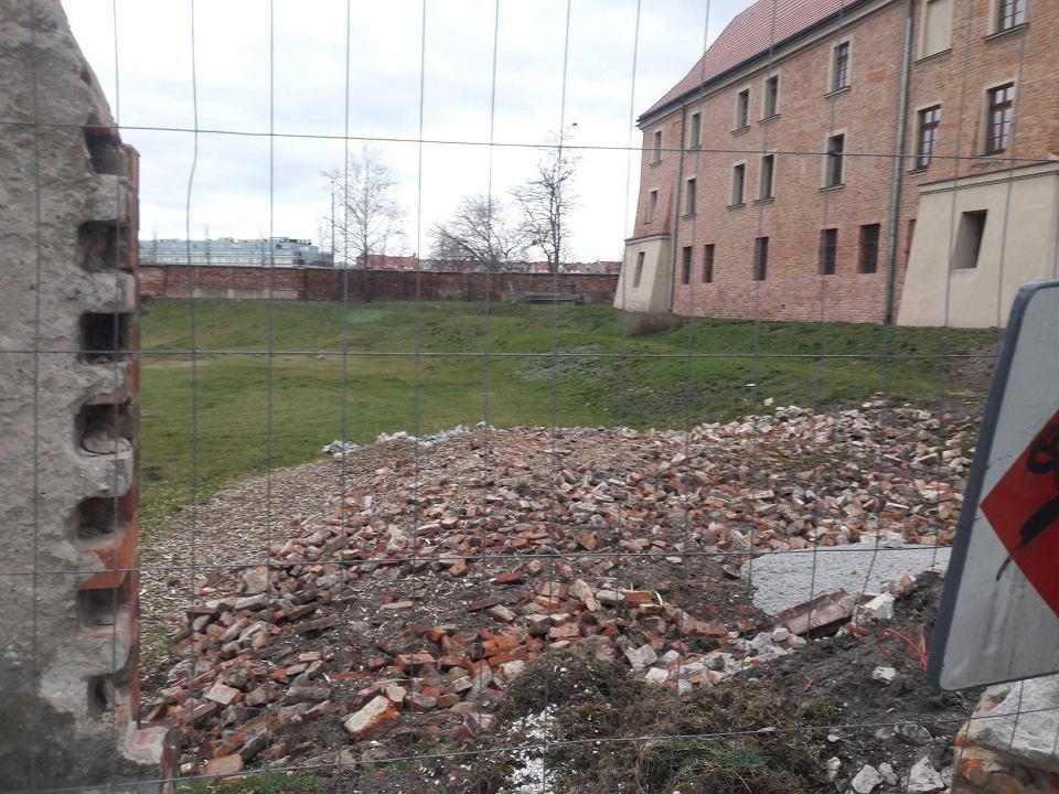 Wyburzony mur przy Akademii Lubrańskiego: ma tu powstać m.in. ścieżka dla pieszych i ogród