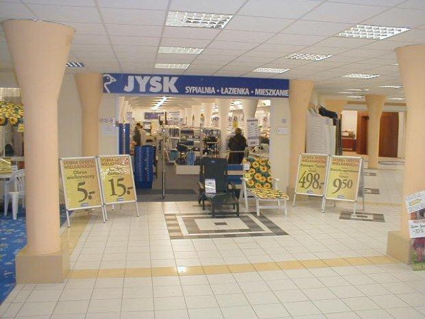 Pierwszy warszawski sklep marki JYSK otwarty został przy ul. Towarowej na Woli.