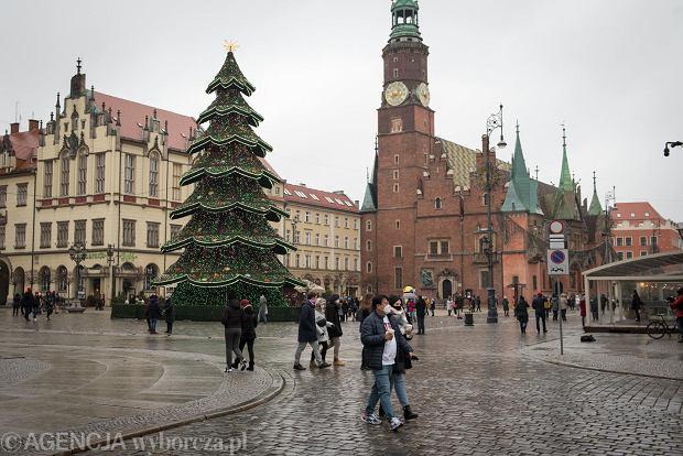 Zdjęcie numer 35 w galerii - Tłumy na Rynku we Wrocławiu. Spacery z jedzeniem na wynos i puszczanie baniek