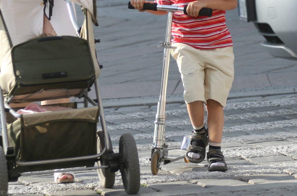 Chłopiec z hulajnogą (zdjęcie ilustracyjne)
