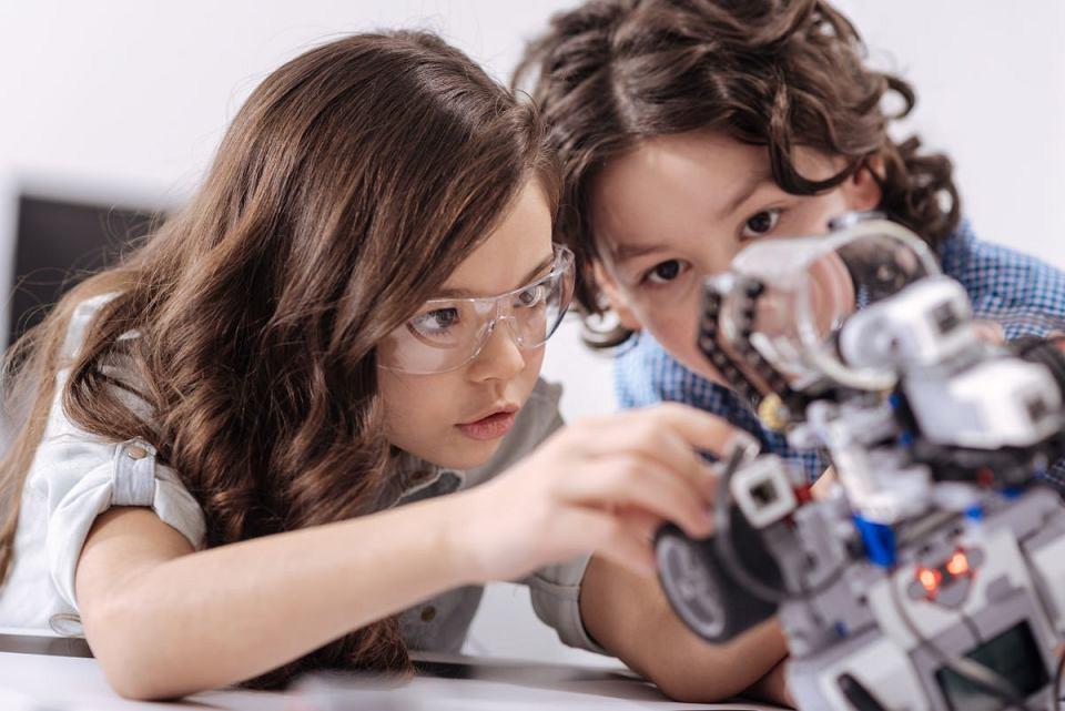 W kameralnej szkole nauczycielom łatwiej dostrzec talenty uczniów i pielęgnować ich pasje (źródło: Adobe Stock)