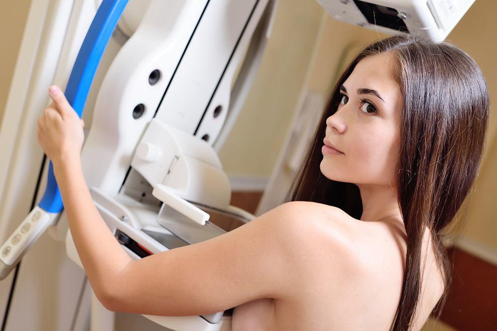 Każda zmiana, którą kobieta wyczuwa w piersi, powinna być poddana dalszej obserwacji i diagnostyce. W tym kontekście szczególnie ważne są okresowe badania profilaktyczne, wykonywane tak samodzielnie, jak i u ginekologa oraz badania obrazowe, takie jak USG piersi czy mammografia piersi.