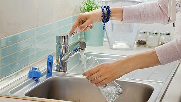Czy woda płynąca w kranie jest inna, niż w sklepie?