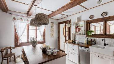 Kuchnia zyskała nowe meble i sprzęty. Na środku ustawiono wyspę kuchenną. Teraz w takim otoczeniu można swobodnie gotować dla całej rodziny.