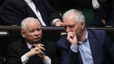 Prezes Jarosław Kaczyński i jego koalicjant Jarosław Gowin w sejmowych ławach. Warszawa, 14 grudnia 2018