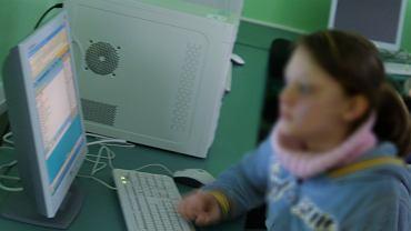 Nastolatka przy komputerze (zdjęcie ilustracyjne)