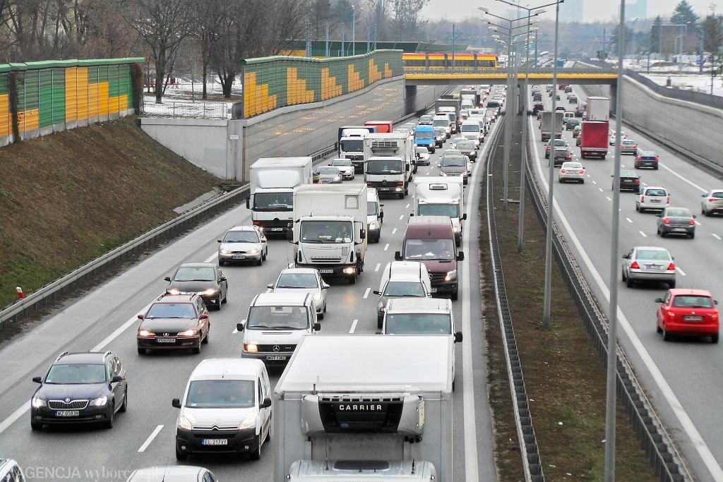 Wypadek na trasie S8 w Warszawie. Tir wjechał w drogowców (zdj. ilustracyjne)
