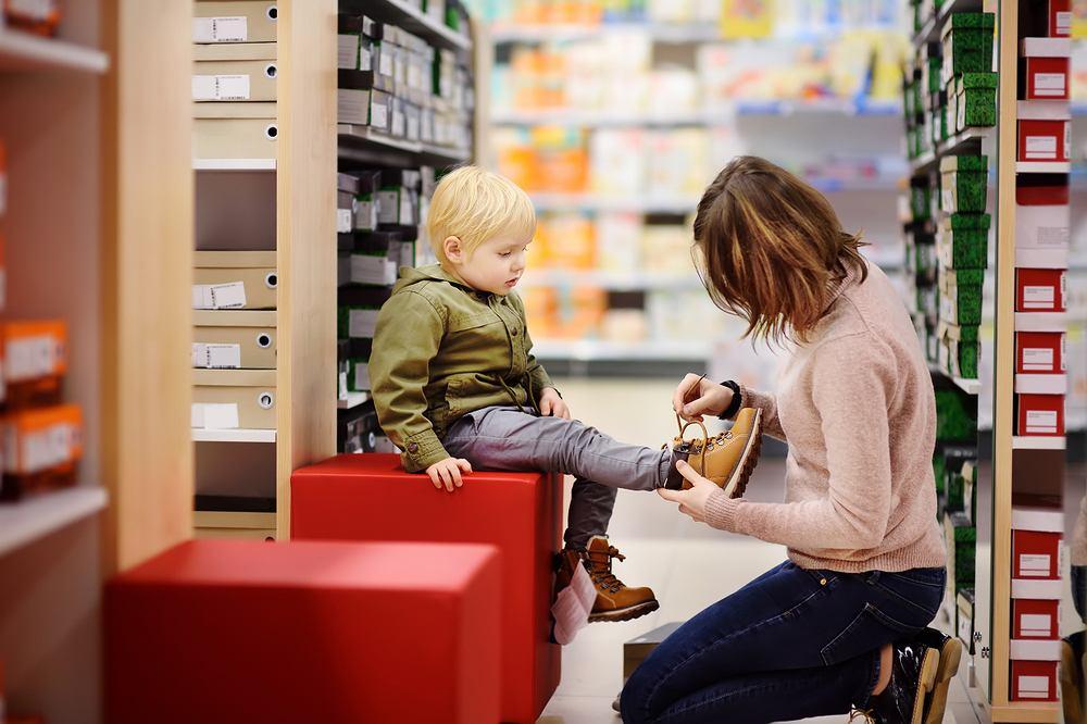 Kupując buty dla dziecka, powinniśmy brać pod uwagę nie tylko rozmiar buta, ale także fason i materiał, z jakiego są wykonane.