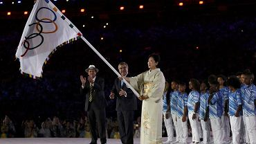 Ceremonia zakończenia igrzysk w Rio de Janeiro. Olimpijską flagę przejmuje gubernatorka Tokio Yuriko Koike
