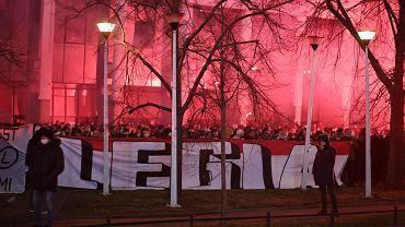 Kibice Legii zgromadzili się pod stadionem na Łazienkowskiej. Na murawie Legia gra z Wartą, trybuny pozostają zamknięte ze względu na pandemię koronawirusa. Warszawa, 13 marca 2020
