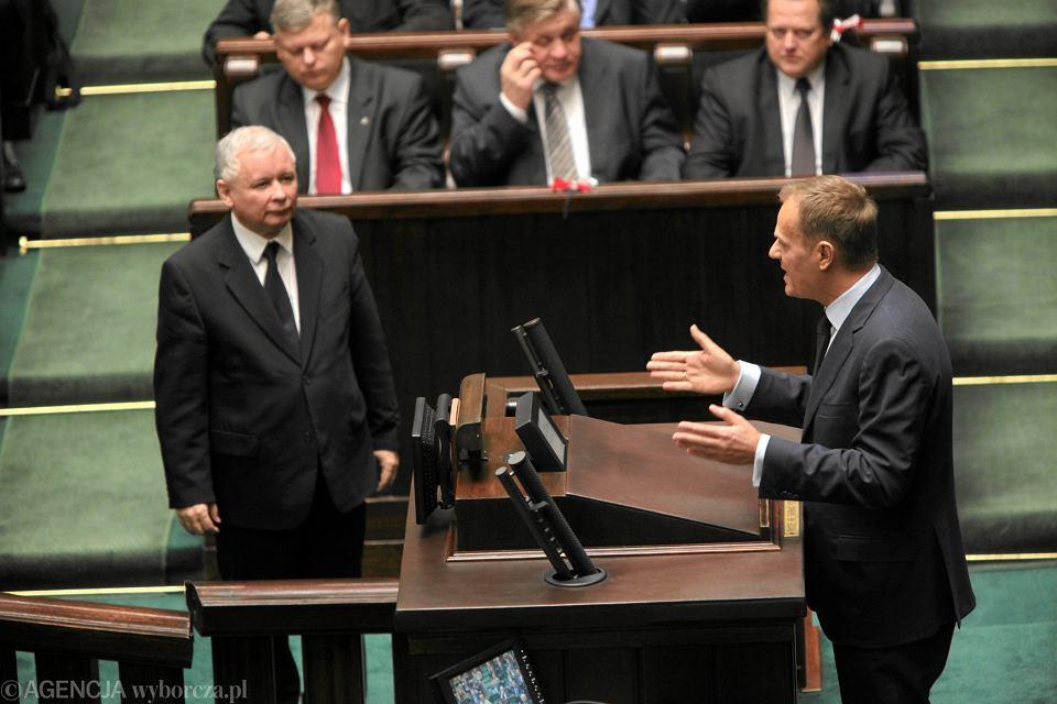 Donald Tusk i Jarosław Kaczyński w sejmie, 2010 r.