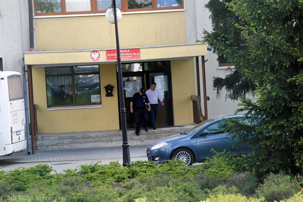Służby na miejscu strzelaniny. Były uczeń wtargnął do Szkoły Podstawowej Podstawowej nr 1 - postrzelił dwie osoby. Brześć Kujawski, 27 maja 2019