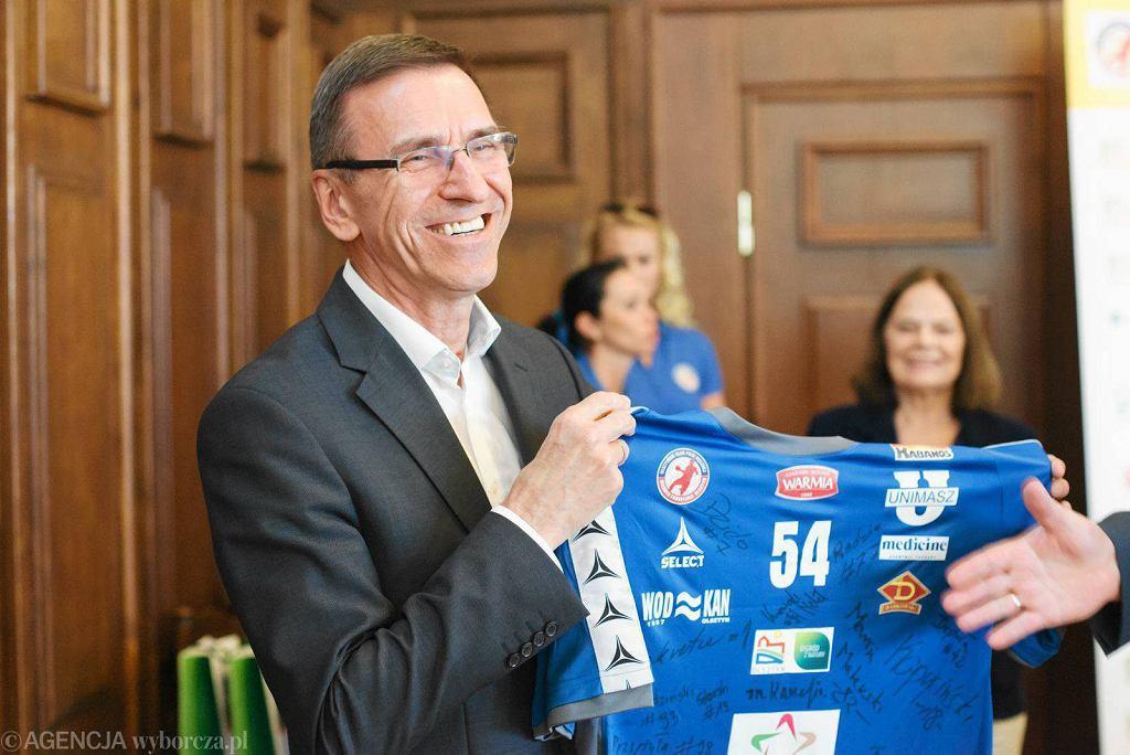Prezydent Piotr Grzymowicz z koszulką Warmii Traveland Olsztyn podczas spotkania w ratuszu