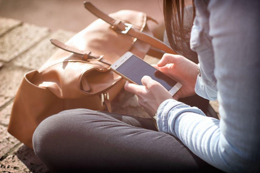 Kiedy starszy smartfon lub gorszej w jakimś sensie firmy staje się powodem wykluczenia lub jego właściciel jest wyszydzany, to przestaje być zabawnie -
