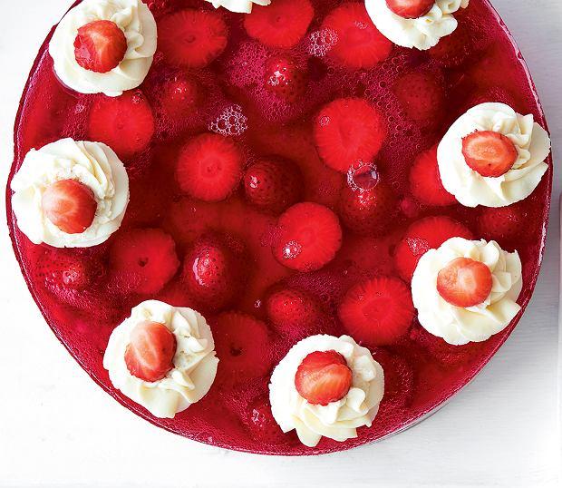 Klasyczny biszkopt z galaretką i owocami