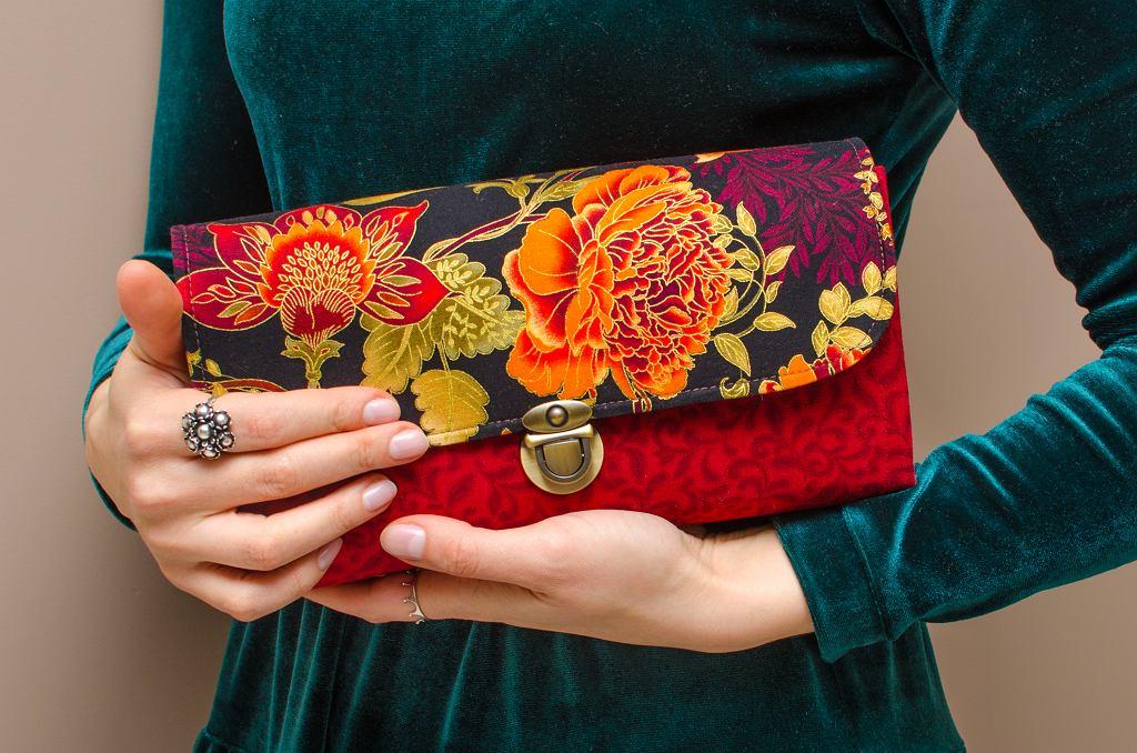 Kopertówka może być dopełnieniem wielu stylizacji, nie tylko tych eleganckich. Zdjęcie ilustracyjne, Maria Kolpashchikova/shutterstock.com