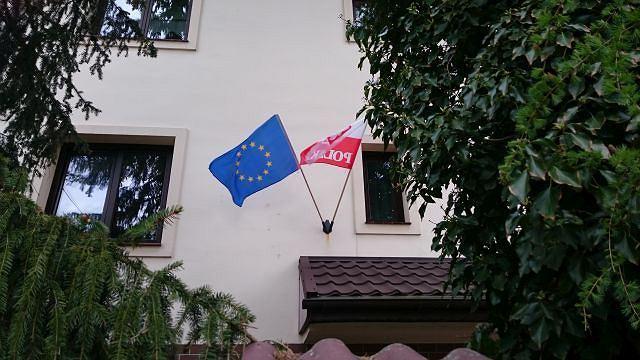 Świątecznie udekorowany dom w Warszawie na Dzień flagi - 2 maja