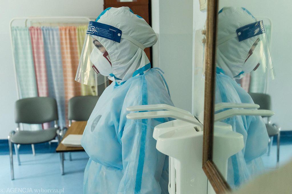 - W trzech parach rękawiczek nie ma w palcach czucia. Zaparowują gogle, pot ścieka po twarzy. Nie jest prosto wyjąć pigułkę z opakowania, podzielić na części. Banalne czynności stają się niebanalne - mówi pielęgniarka ze szpitala w Wolicy.