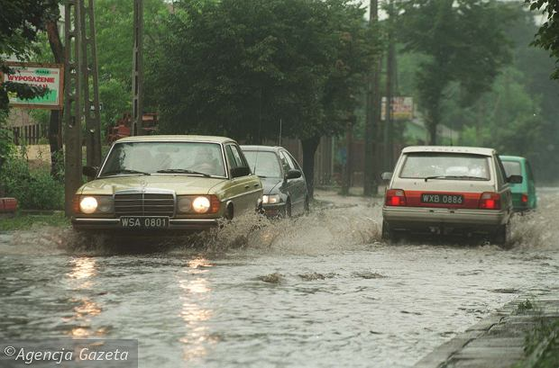 Ulice Otwocka zalane po ulewie