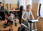 Przejeżdżają miesięcznie 4,5 tys. km, żeby dowieźć chore dzieci na zajęcia. Możemy im pomóc