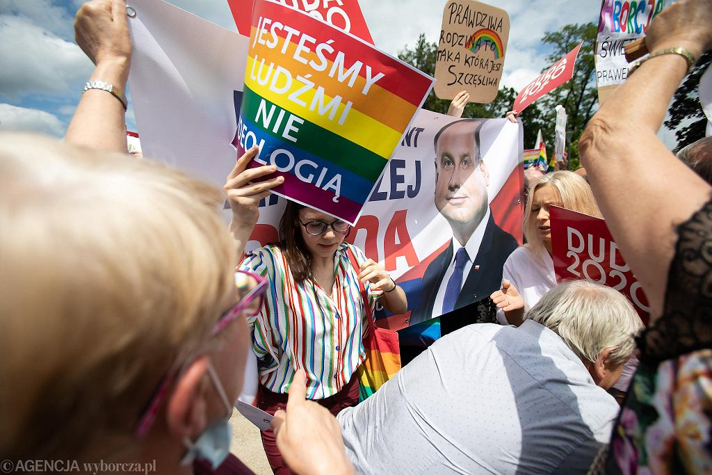 - Jesteśmy ludźmi, nie ideologią - jedno z haseł pikiety w obronie osób LGBT