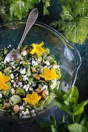 Letnie zieleniny z fasolą, groszkiem, awokado i serem feta