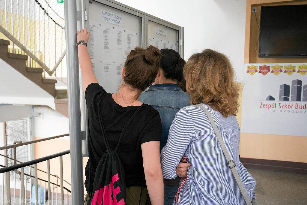 Zespół Szkół Budowlanych. Garstka uczniów przyszła dziś (16 lipca) sprawdzić ostateczne wyniki rekrutacji podwójnego rocznika