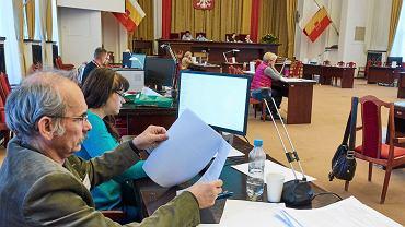 Przeliczanie głosów w komisji w urzędzie miasta na ul. Piotrkowskiej w Łodzi