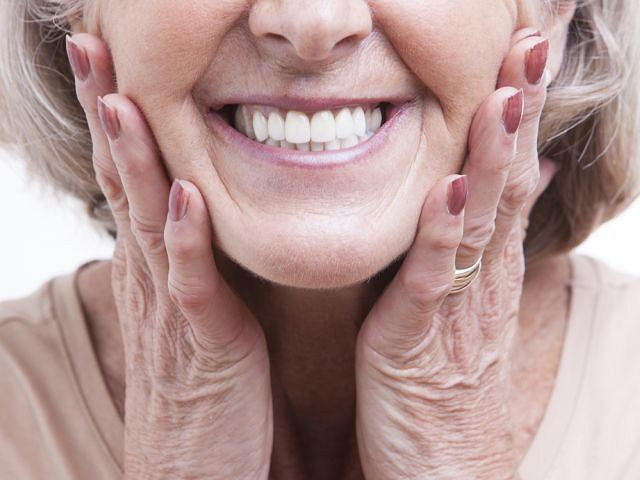 Właściwa pielęgnacja wyjmowanej protezy zębowej jest istotna nie tylko dla utrzymania jej w dobrym stanie, ale - przede wszystkim - zdrowia jamy ustnej.